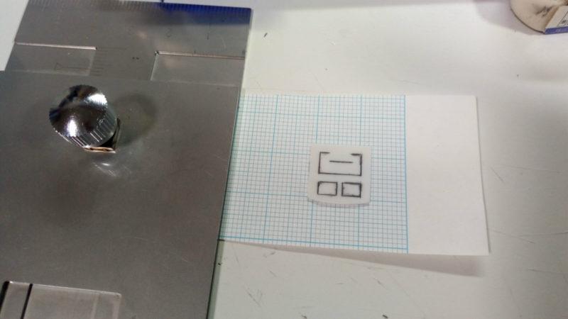 小さなプラ板の下に紙を貼る